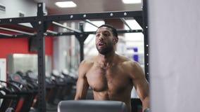 Afroes-amerikanisch männliches Modell während der Übung auf elliptischem Trainer stock video