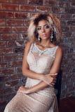 Afroes-amerikanisch Modell der Mode im Goldkleid Innen, elegantes goldenes Kleid der Frau lizenzfreies stockbild
