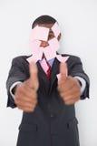 Afrogeschäftsmann bedeckt in den leeren Anmerkungen, die oben Daumen gestikulieren Stockfotos