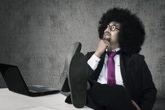 Afrogeschäftsmann, der eine Idee denkt Lizenzfreie Stockfotos