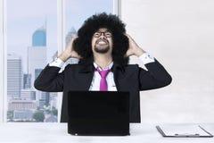 Afrogeschäftsmann schaut nahe dem Fenster stressig Lizenzfreie Stockfotografie