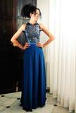 Afrohaarfrau, Baumuster von Art und Weise, mit blauem Kleid Lizenzfreie Stockfotos