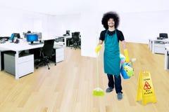 Afrohausmeister mit nassem Boden unterzeichnen herein Büro Lizenzfreie Stockfotografie