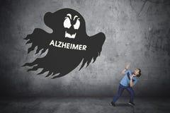 Afromann mit Alzheimer-Wort und -geist lizenzfreies stockbild