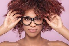 Afromeisje in oogglazen, het glimlachen royalty-vrije stock fotografie