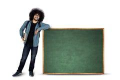 Afrostudent die zich met exemplaarruimte bevinden Stock Afbeeldingen