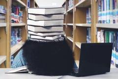 Afrostudentenblicke erschöpft an der Bibliothek Lizenzfreie Stockfotos