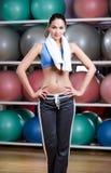 Afrouxando a mulher do peso na ginástica da aptidão Foto de Stock Royalty Free