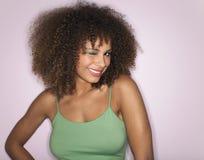 Afrovrouw met het Krullende Haar Knipogen Stock Afbeeldingen