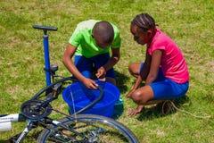 Afrykańscy dzieci załatwia dziurawienie na rowerze obraz royalty free