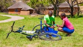 Afrykańscy dzieci załatwia dziurawienie na rowerze obrazy royalty free
