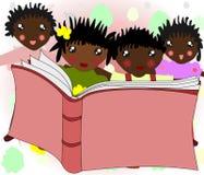 Afrykańscy dzieci czytają książkę Zdjęcie Royalty Free