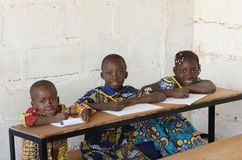 Afrykańscy dzieci ono uśmiecha się przy szkołą Zdjęcia Stock