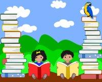 Afrykańscy dzieci siedzi wśród stert książki i czytanie Fotografia Stock