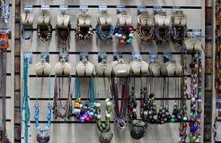Afrykańscy etniczni handmade akcesoria baobabu sprzedawaniem w obozują sklep Zdjęcie Royalty Free