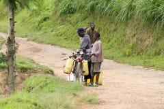 Afrykańscy ludzie dba wodę zdjęcia stock