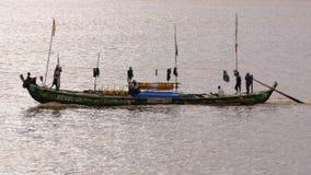 Afrykańscy rybacy out morze na długiej łodzi Obraz Stock