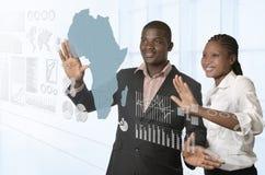Afrykańska biznes drużyna pracuje na wirtualnym ekranie sensorowym Fotografia Stock