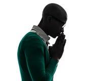 Afrykańska czarna muzułmańska mężczyzna modlenia sylwetka obrazy royalty free