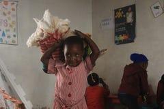 Afrykańska dziewczyna bawić się z lalą w wiejskim Swaziland, Afryka Obrazy Royalty Free