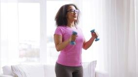 Afrykańska kobieta ćwiczy z dumbbells w domu zdjęcie wideo