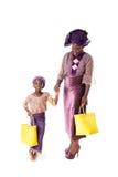 Afrykańska kobieta i mała dziewczynka w tradycyjnej odzieży z duży ciężar torbami odosobniony Fotografia Stock