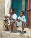 Afrykańska kobieta i wnuk w Kenja obraz stock
