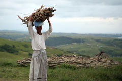 Afrykańska kobieta odpoczywa podczas gdy niosący drewno w Południowa Afryka Obrazy Royalty Free