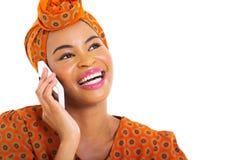 Afrykańska kobieta opowiada komórkę Obraz Stock