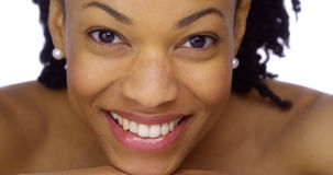Afrykańska kobieta pokazuje daleko jej perłowych biel Obraz Royalty Free