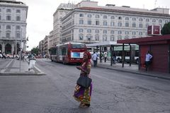 Afrykańska kobieta przy Atac dworcem autobusowym w Rzym, Włochy zdjęcie stock