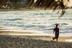 Afrykańska kobieta sylwetkowa na plaży Obraz Royalty Free