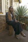 Afrykańska kobieta z braded włosy siedzi przed Karen Blixen Blixen i muzeum domem w Nairobia, Kenja, Afryka Zdjęcie Royalty Free