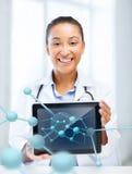Afrykańska kobiety lekarka z pastylek molekułami i komputerem osobistym Obraz Royalty Free
