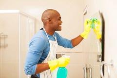 Afrykańska mężczyzna cleaning łazienka Fotografia Royalty Free