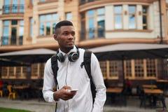 Afrykańska męska odprowadzenia i gmerania lokacja w mądrze telefonie Fotografia Stock