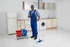 Afrykańska Męska pracownika Cleaning podłoga Z kwaczem Fotografia Stock