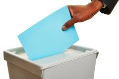 Afrykańska ręka z kartka do głosowania przy wybory pudełkiem Zdjęcia Stock