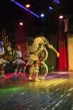 Afrykański akrobata występ na scenie Zdjęcie Stock