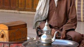 Afrykański Berber mężczyzna pije jego herbaty w domu zbiory wideo