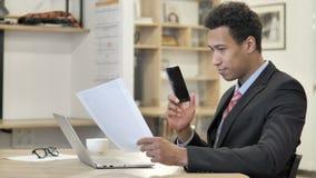 Afrykański biznesmen Opowiada na telefonie, Negocjuje kontrakt zbiory