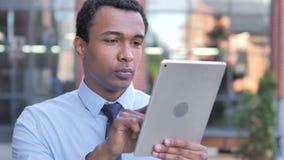 Afrykański biznesmen używa pastylkę plenerową zbiory wideo