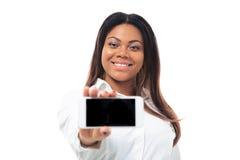 Afrykański bizneswoman pokazuje smartphone ekran zdjęcie royalty free