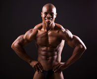 Afrykański bodybuilder czerni tło Obrazy Royalty Free