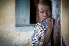 Afrykański dziecko fotografujący przy szkołą w Uganda obraz royalty free