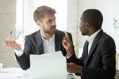 Afrykański klient ma żądania o dokumencie nie zgadzać się z cau zdjęcie stock