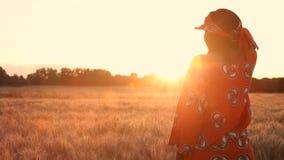 Afrykański kobieta rolnik w tradycyjnej odzieżowej pozycji w polu uprawy przy zmierzchem lub wschód słońca zdjęcie wideo