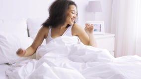 Afrykański kobiety dosypianie w łóżko sypialni w domu zdjęcie wideo