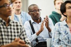 Afrykański konferencyjny uczestnik oklaskuje dla mówcy zdjęcie stock