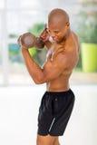 Afrykański mężczyzna ćwiczy dumbbells Zdjęcia Royalty Free
